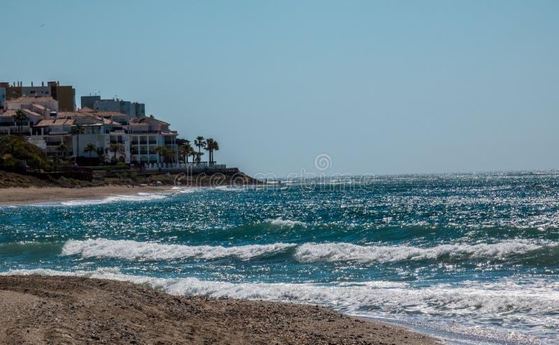 Ισπανική παραλία με τα κύματα θάλασσας που λάμπουν στις ακτίνες ήλιων στοκ φωτογραφία με δικαίωμα ελεύθερης χρήσης