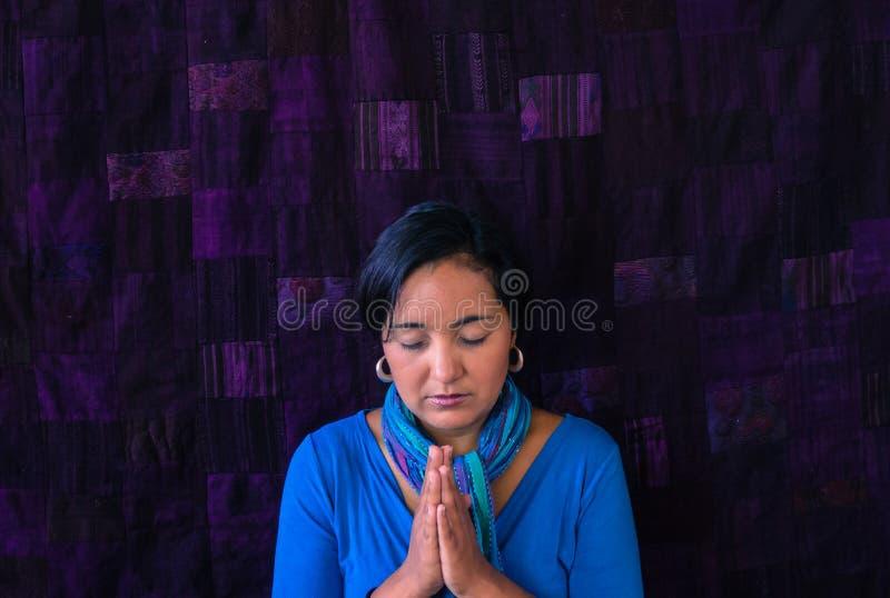 ισπανική προσευμένος γυναίκα στοκ εικόνα με δικαίωμα ελεύθερης χρήσης