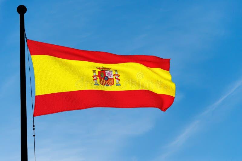Ισπανική σημαία που κυματίζει πέρα από το μπλε ουρανό στοκ φωτογραφίες