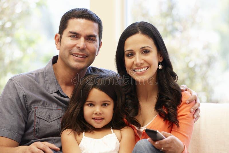 Ισπανική τηλεόραση οικογενειακής προσοχής στοκ εικόνες