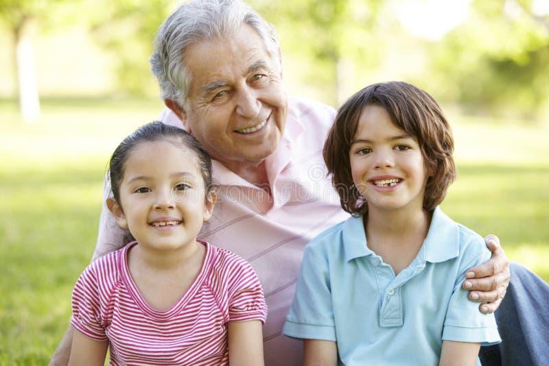 Ισπανική χαλάρωση γιαγιάδων και παππούδων με τον εγγονό στο Π στοκ εικόνες
