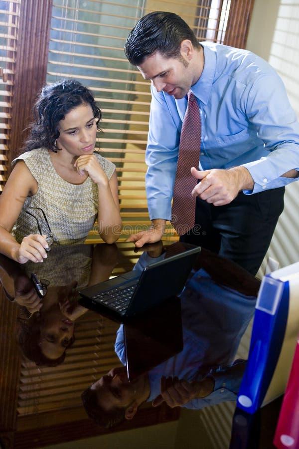 Ισπανικός εργαζόμενος γραφείων που συνεργάζεται με τον άνδρα συνάδελφος στοκ εικόνες με δικαίωμα ελεύθερης χρήσης