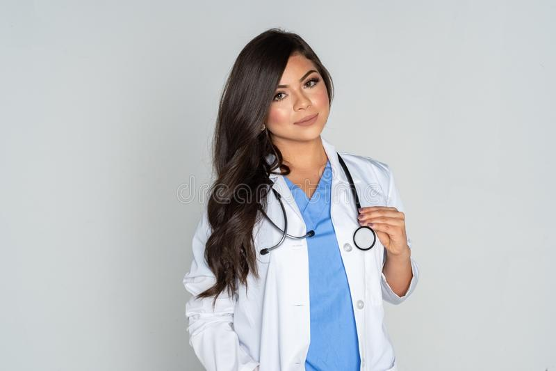 Ισπανικός θηλυκός γιατρός σε ένα νοσοκομείο στοκ εικόνα με δικαίωμα ελεύθερης χρήσης