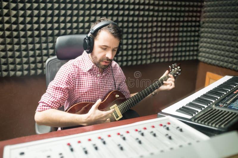 Ισπανικός μουσικός που συνθέτει τη μουσική στο στούντιό του στοκ εικόνα