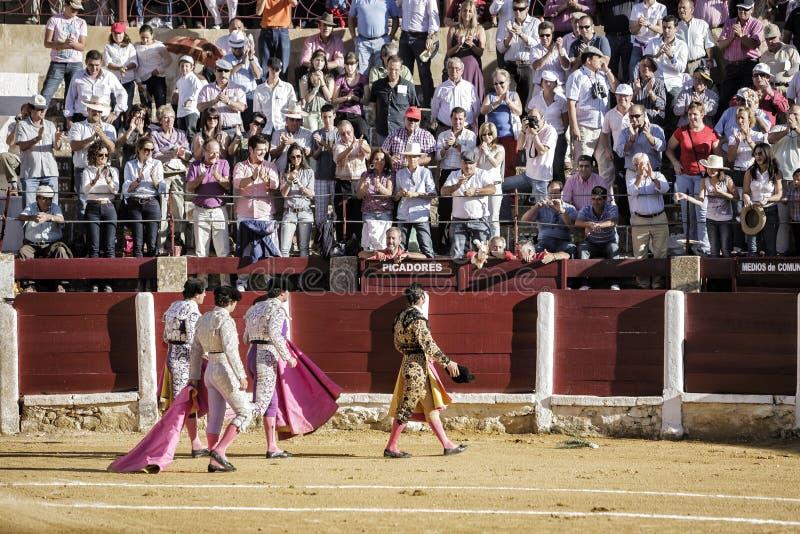 Ισπανικός ταυρομάχος με το πλήρωμά του που δίνει μια περιτύλιξη της τιμής με την ευχαριστία του κοινού στο τέλος της επίδειξής του στοκ φωτογραφίες