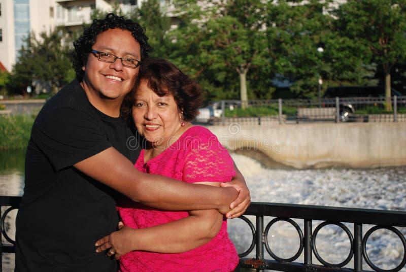 Ισπανικό άτομο και η μητέρα του που χαμογελούν υπαίθρια στοκ φωτογραφία