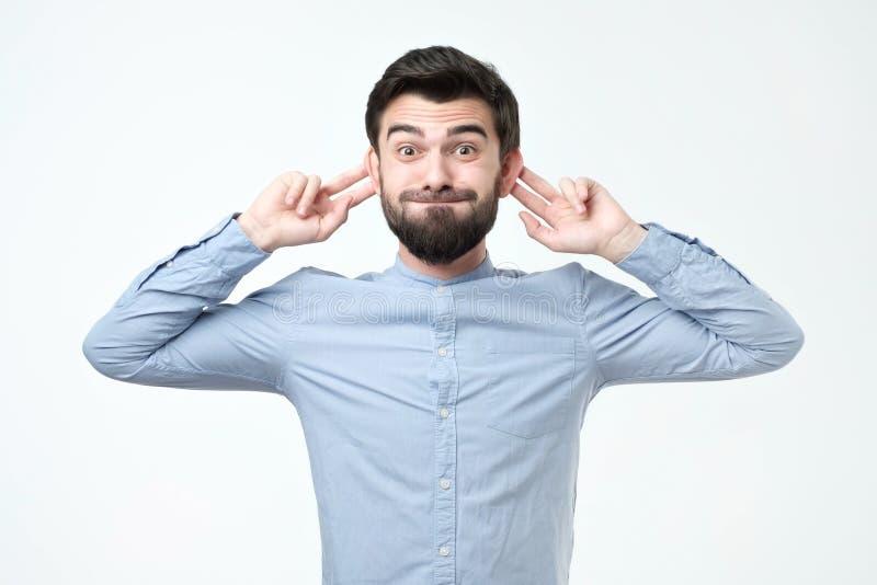 Ισπανικό άτομο με το αστείο πρόσωπο πιθήκων πέρα από το γκρίζο υπόβαθρο στοκ φωτογραφίες