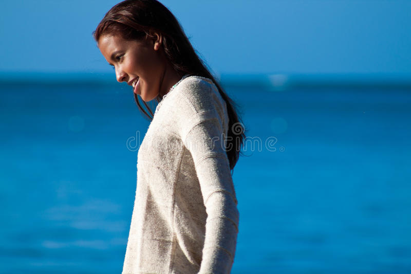 Ισπανικό έφηβη στο κοντινό νερό πουλόβερ στοκ φωτογραφία με δικαίωμα ελεύθερης χρήσης