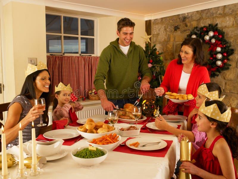 Ισπανικό γεύμα οικογενειακών εξυπηρετώντας Χριστουγέννων στοκ φωτογραφία