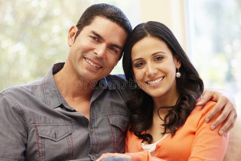 Ισπανικό ζεύγος στο σπίτι στοκ εικόνες