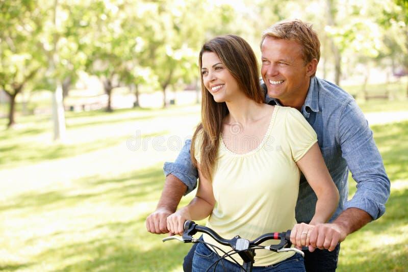 Ισπανικό ζεύγος υπαίθρια στο πάρκο με το ποδήλατο στοκ φωτογραφίες με δικαίωμα ελεύθερης χρήσης