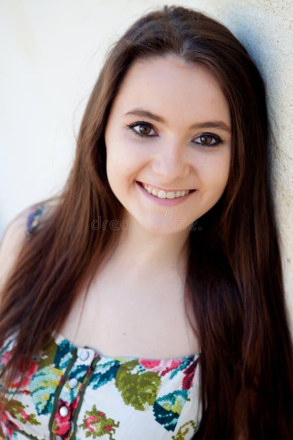 Ισπανικό κορίτσι brunette με μακρυμάλλη στοκ εικόνα με δικαίωμα ελεύθερης χρήσης