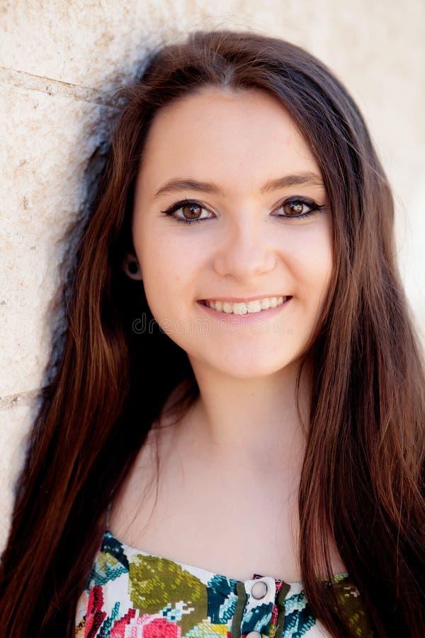 Ισπανικό κορίτσι brunette με μακρυμάλλη στοκ εικόνες