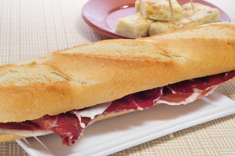 Ισπανικό σάντουιτς ζαμπόν serrano στοκ εικόνα