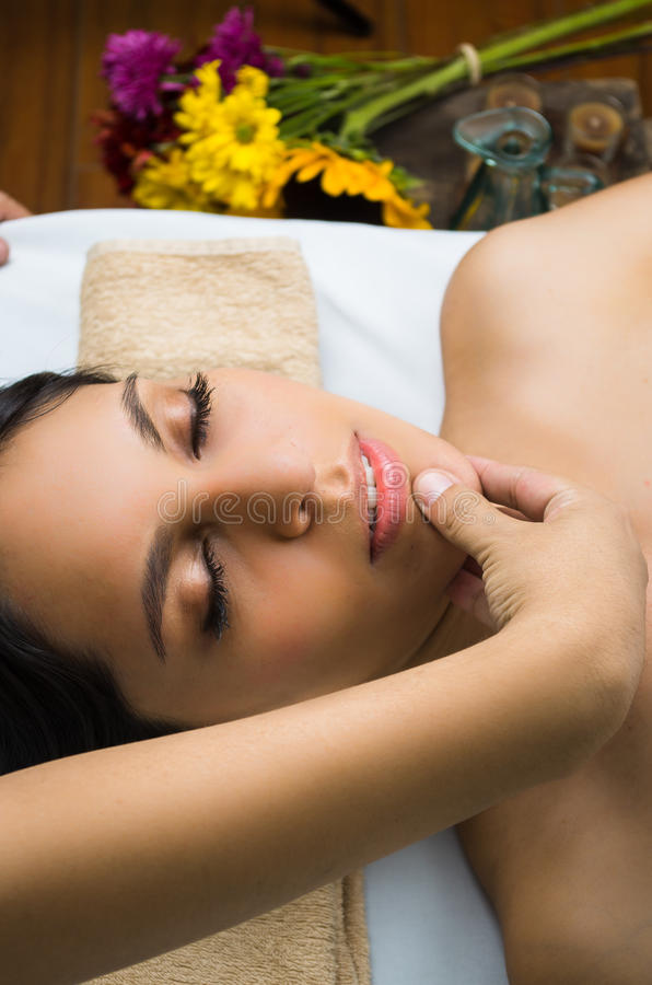 Ισπανικό brunette πρότυπο παίρνοντας massage spa στοκ φωτογραφία με δικαίωμα ελεύθερης χρήσης