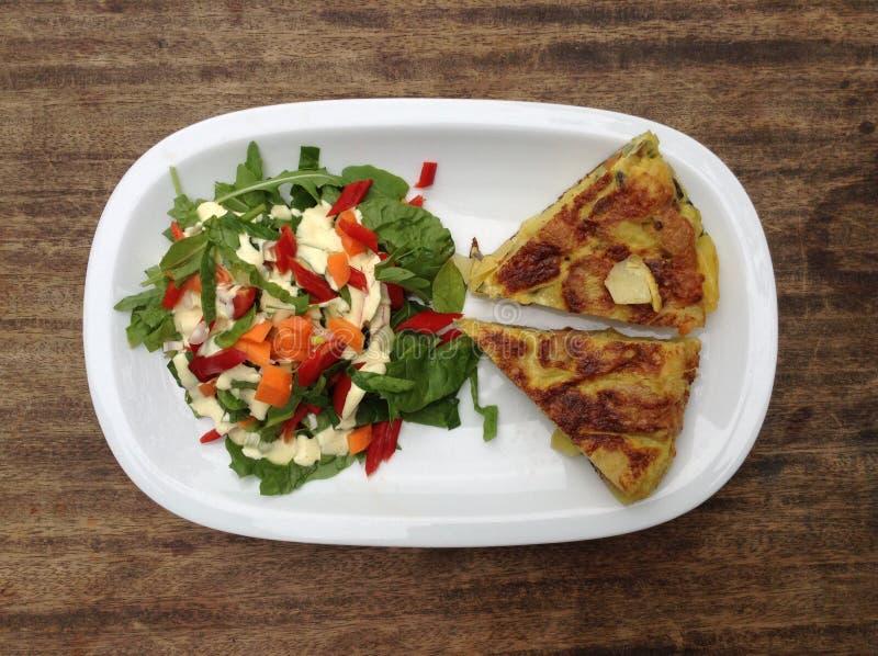 Ισπανικό tortilla με τη σαλάτα στοκ εικόνες με δικαίωμα ελεύθερης χρήσης