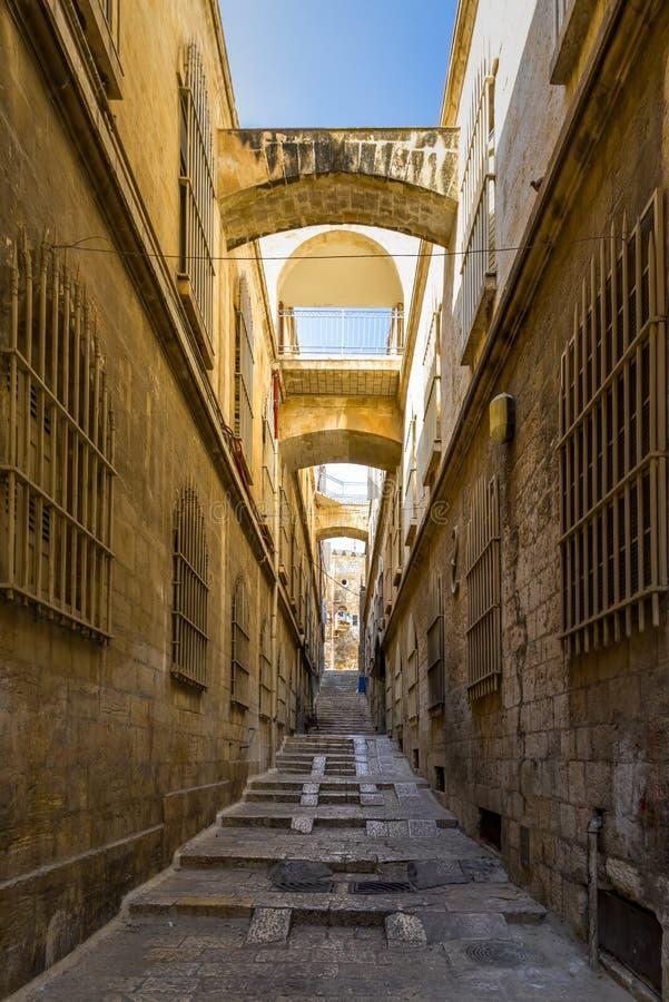 Ισραήλ, Ιερουσαλήμ, άποψη μιας στενής οδού που αυξάνεται με τα μοναδικά σκαλοπάτια της και τις κίτρινες πέτρες των παλαιών κτηρίω στοκ εικόνα