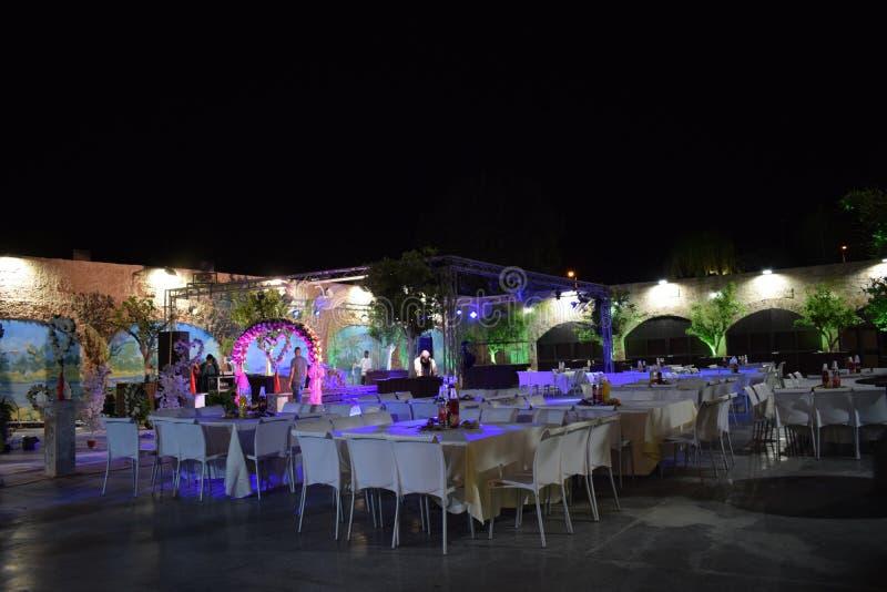 Ισραήλ, Dimona, αίθουσα των εορτασμών Mor 2018 - αίθουσα των εορτασμών με τους πίνακες και τις καρέκλες τη νύχτα στοκ εικόνες με δικαίωμα ελεύθερης χρήσης