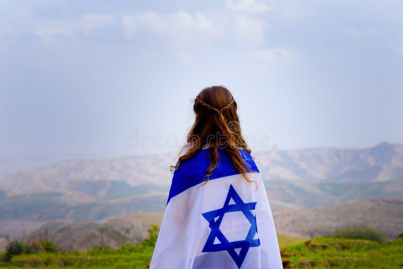 Ισραηλινό εβραϊκό μικρό κορίτσι με την πίσω άποψη σημαιών του Ισραήλ στοκ φωτογραφίες