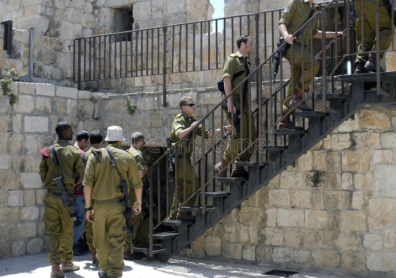 Ισραηλινοί στρατιώτες που αναρριχούνται στα βήματα στις έπαλξεις, Ιερουσαλήμ στοκ εικόνα
