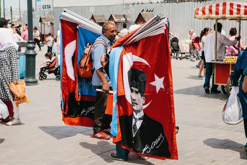 Ιστανμπούλ, στις 15 Ιουνίου 2017: Αυθεντική σκηνή pitchman Μια μικρή επιχείρηση για την πώληση των διάφορων σημαιών στους τουρκικ στοκ εικόνα