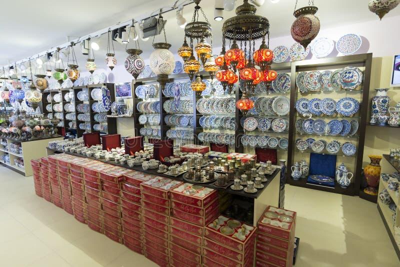 ΙΣΤΑΝΜΠΟΎΛ - Τον Σεπτέμβριος, του κατάστημα 20 λαμπτήρων με ζωηρόχρωμο στοκ εικόνα