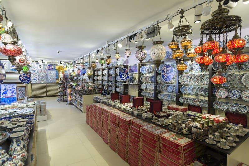 ΙΣΤΑΝΜΠΟΎΛ - Τον Σεπτέμβριος, του κατάστημα 20 λαμπτήρων με ζωηρόχρωμο στοκ εικόνες με δικαίωμα ελεύθερης χρήσης