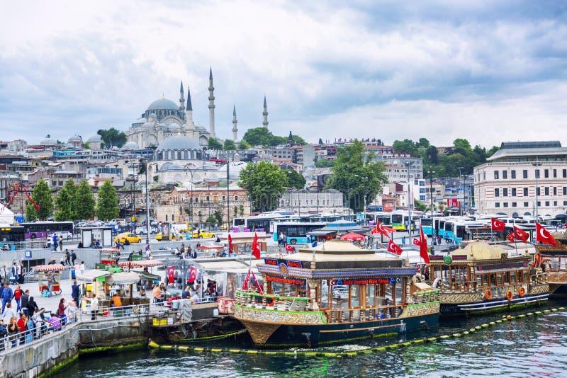 Ιστανμπούλ, Τουρκία, 05/22/2019: Όμορφη άποψη του λιμένα στην πόλη μια σαφή ηλιόλουστη ημέρα στοκ εικόνες με δικαίωμα ελεύθερης χρήσης