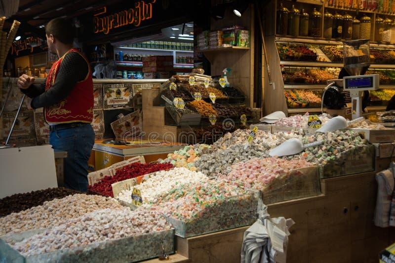 Ιστανμπούλ, Τουρκία, bazaar: πώληση των παραδοσιακών τουρκικών γλυκών και των καρυδιών στοκ εικόνα με δικαίωμα ελεύθερης χρήσης