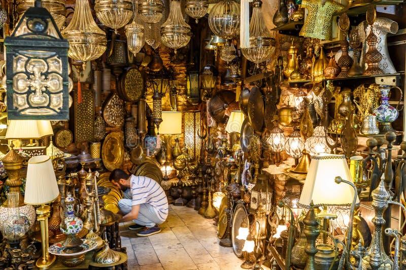 ΙΣΤΑΝΜΠΟΎΛ, ΤΟΥΡΚΙΑ - 7 ΑΥΓΟΎΣΤΟΥ 2015: Ένα από τα πολλά καταστήματα στο μεγάλο Bazaar στη Ιστανμπούλ (Τουρκία) στοκ φωτογραφία