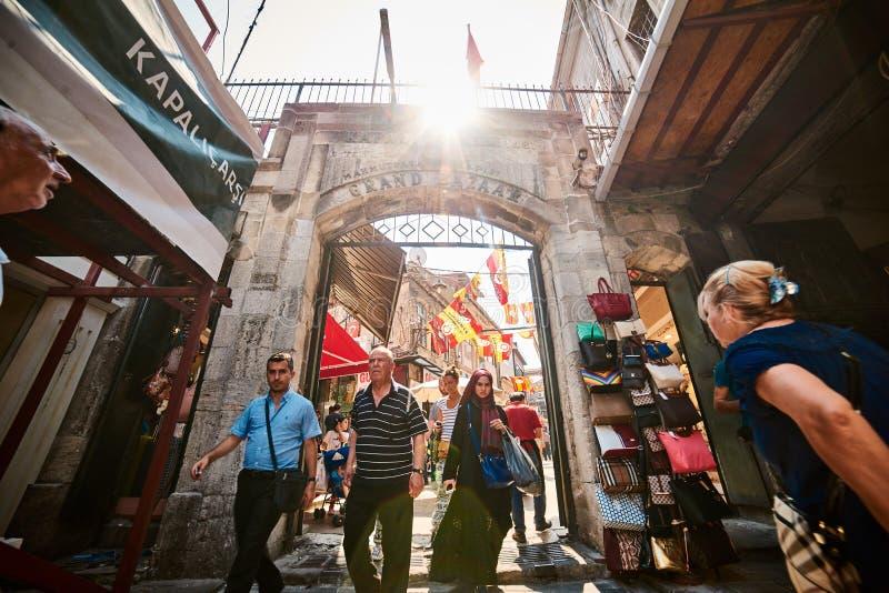 ΙΣΤΑΝΜΠΟΎΛ, ΤΟΥΡΚΙΑ - 28 ΙΟΥΛΊΟΥ 2015: Το Eminonu και μεγάλο Bazaar είναι δημοφιλής προορισμός για τους τουρίστες στοκ εικόνες