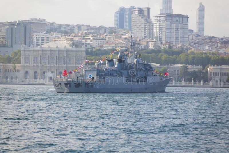 ΙΣΤΑΝΜΠΟΎΛ, ΤΟΥΡΚΙΑ, ΣΤΙΣ 30 ΑΥΓΟΎΣΤΟΥ 2018: Πολεμικό σκάφος της Τουρκίας που περνά Bosphorus στοκ εικόνες