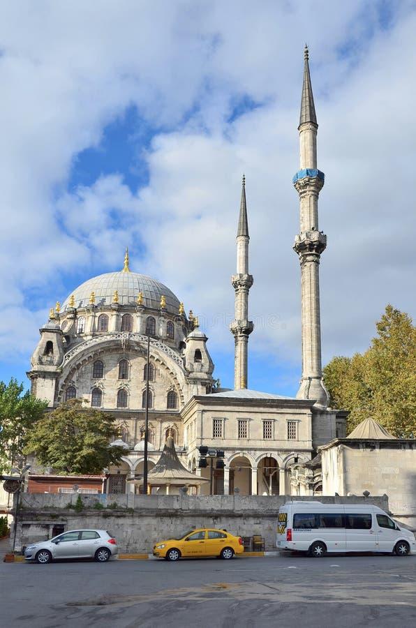 Ιστανμπούλ, Τουρκία, 19 Οκτωβρίου, 2013 Αυτοκίνητα κοντά στο μουσουλμανικό τέμενος Nusretiye στοκ εικόνες
