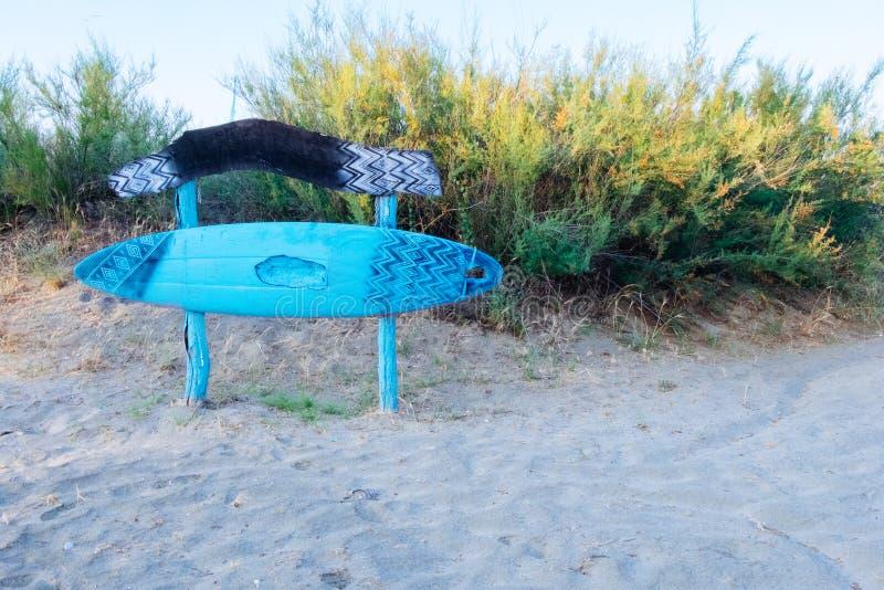 Ιστιοσανίδα ως διακόσμηση του φραγμού παραλιών Μπλε ξύλινος πίνακας στο φραγμό παραλιών στοκ εικόνα