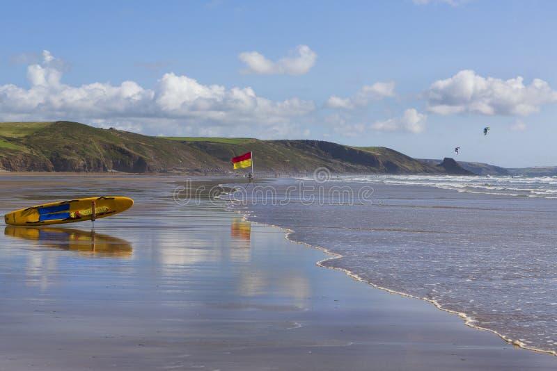 Ιστιοσανίδα Lifeguard στην παραλία Newgale, Ουαλία UK στοκ εικόνες
