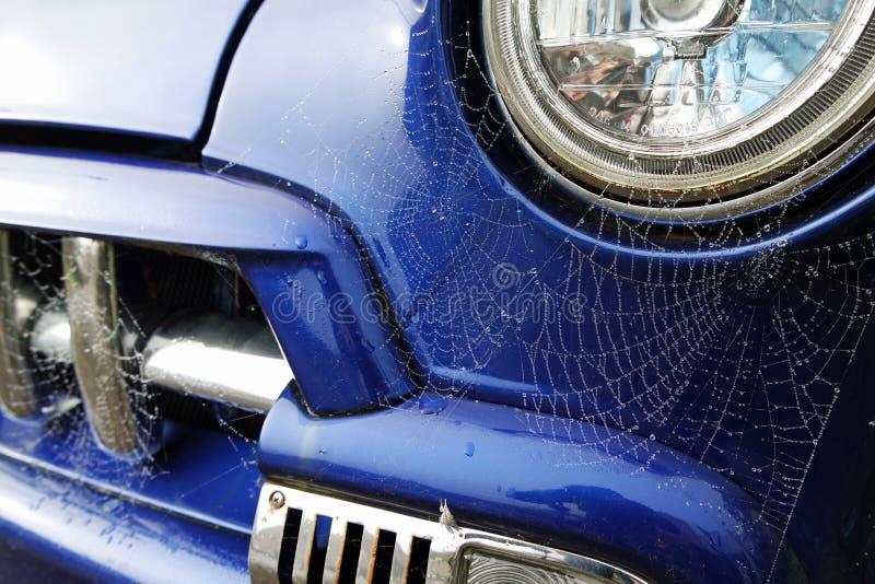 Ιστοί αράχνης σε ένα παλαιό μπλε φορτηγό στοκ εικόνες