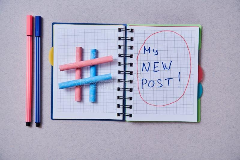 Ιστολόγιο, ιστολόγιο και blogger ή ιδέα μέσων κοινωνικής δικτύωσης: σημειωματάριο και σύμβολο hatag σε γκρι φόντο στοκ φωτογραφίες με δικαίωμα ελεύθερης χρήσης