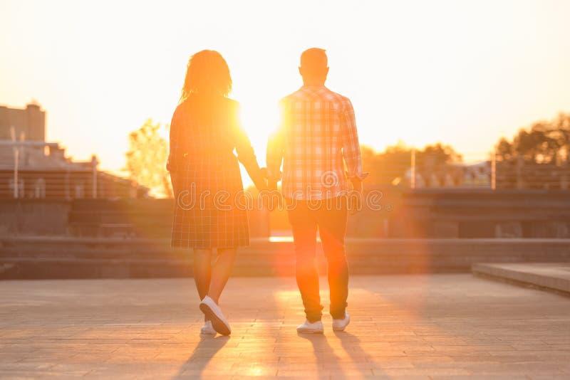 Ιστορία αγάπης του νέου ζεύγους, που περπατά στην πόλη στοκ εικόνες με δικαίωμα ελεύθερης χρήσης