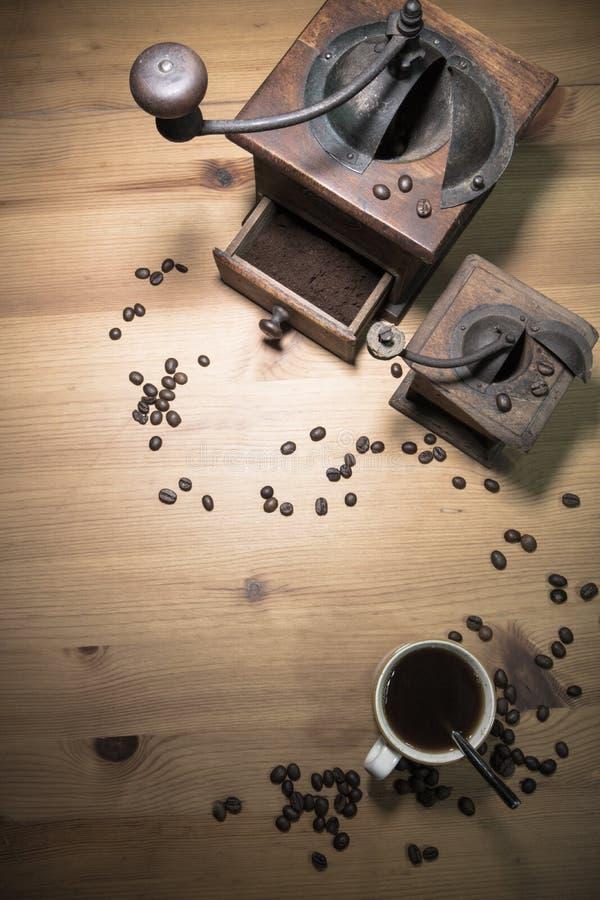 Ιστορία αφήγησης από το παρελθόν - παλαιός εκλεκτής ποιότητας αναδρομικός μύλος με τον επίγειο καφέ και το φλυτζάνι του μαύρου κα στοκ εικόνα με δικαίωμα ελεύθερης χρήσης