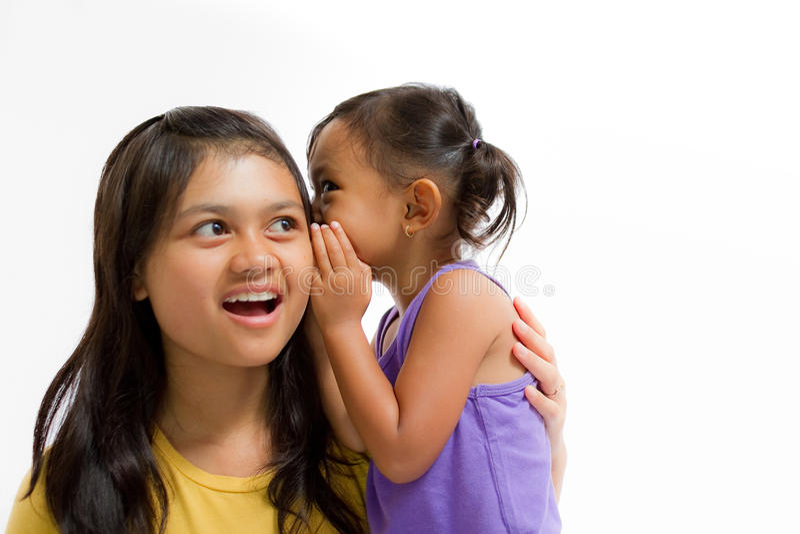 Ιστορία ψιθυρίσματος παιδιών στην παλαιότερη αδελφή στοκ εικόνα με δικαίωμα ελεύθερης χρήσης
