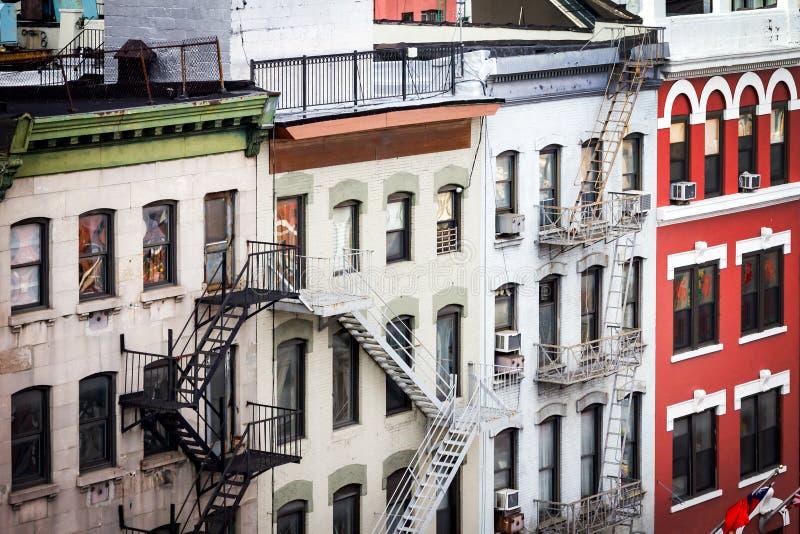 Ιστορικά κτήρια κατά μήκος σκιερού στην πόλη Chinatown Νέα Υόρκη στοκ φωτογραφίες