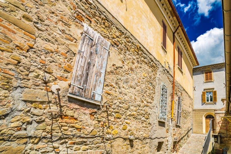 Ιστορικά κτήρια σε ένα χωριουδάκι βουνοπλαγιών στοκ εικόνα με δικαίωμα ελεύθερης χρήσης