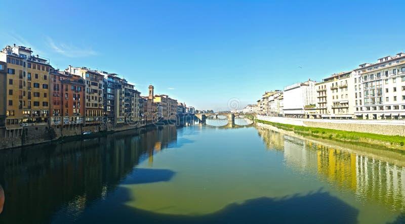 Ιστορικά κτήρια της πόλης της Φλωρεντίας σε δύο όχθεις του ποταμού arno στοκ φωτογραφία με δικαίωμα ελεύθερης χρήσης