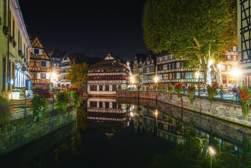 Ιστορικά μισό-εφοδιασμένα με ξύλα σπίτια στο τέταρτο βυρσοδεψών στο Λα λεπτοκαμωμένη Γαλλία περιοχής στο Στρασβούργο τη νύχτα στοκ εικόνα