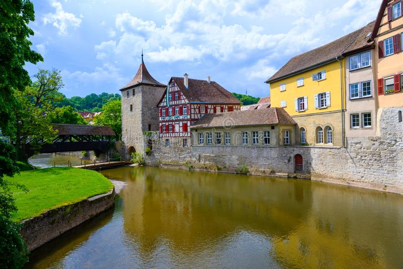 Ιστορικά σπίτια, πύργος του τοίχου πόλεων και αρχαία ξύλινη γέφυρα στην αίθουσα Schwabisch, Γερμανία στοκ εικόνες