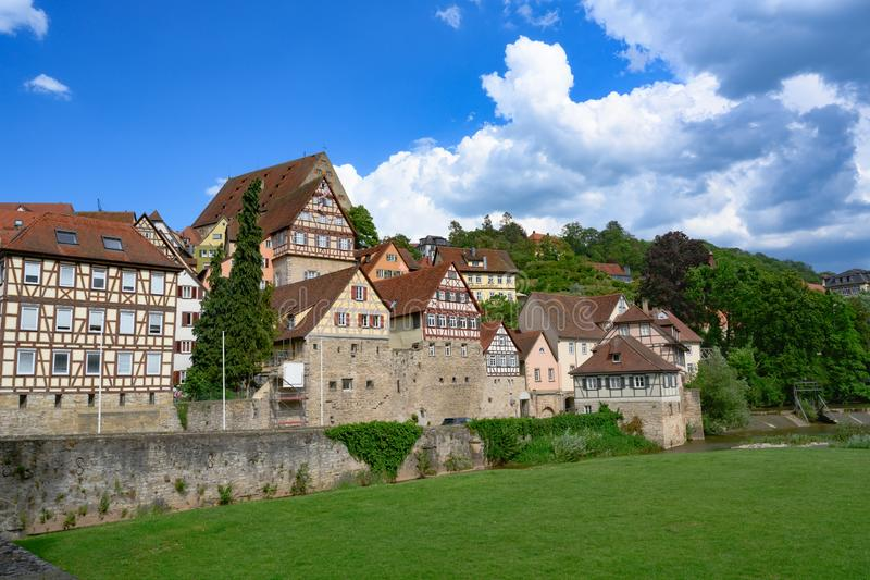 Ιστορικά σπίτια, τοίχος πόλεων και μισό-εφοδιασμένα με ξύλα σπίτια στην αίθουσα Schwabisch, Γερμανία στοκ εικόνες