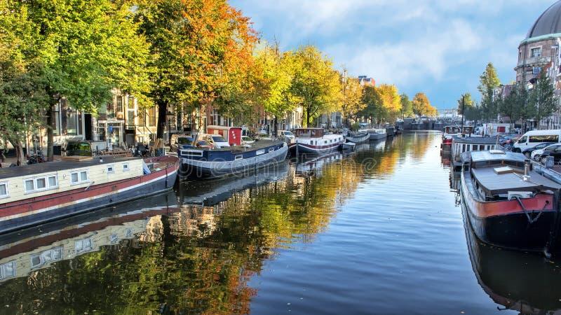 Ιστορικά houseboats, κανάλι Singel, Άμστερνταμ, οι Κάτω Χώρες στοκ εικόνες με δικαίωμα ελεύθερης χρήσης