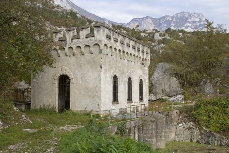 Ιστορικές εγκαταστάσεις παραγωγής ενέργειας στη λίμνη Cavedine στοκ φωτογραφίες