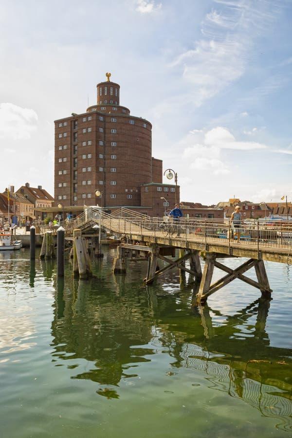 Ιστορική αποθήκη εμπορευμάτων και ξύλινη γέφυρα στο λιμάνι Eckernfoerde στοκ φωτογραφία