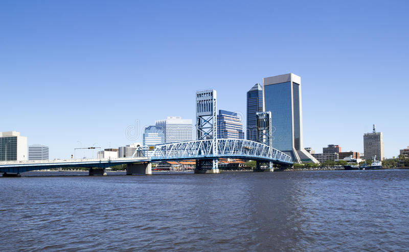 Ιστορική γέφυρα που οδηγεί στο στο κέντρο της πόλης Τζάκσονβιλ Φλώριδα στοκ φωτογραφίες